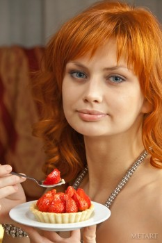 Ginger babe is eating strawberry being naked