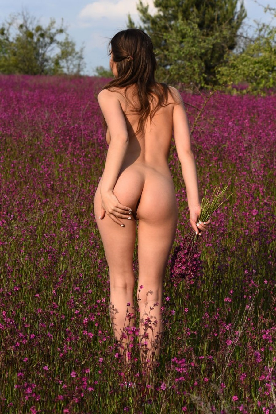 Hottie orgasms in the field of flowers