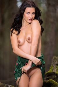 Hottie orgasms right on a log in forest